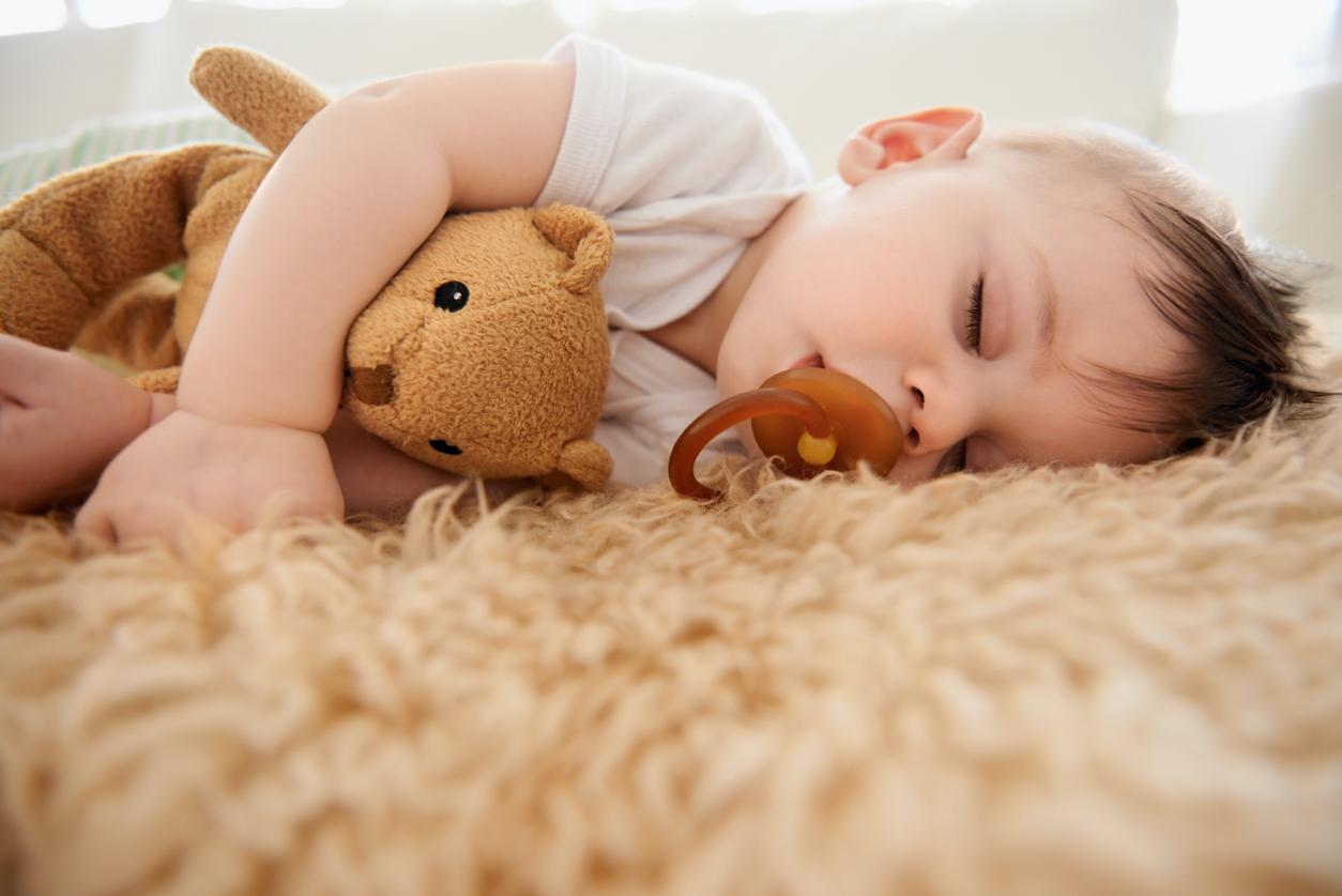 Vauva nukkuu tutti suussa